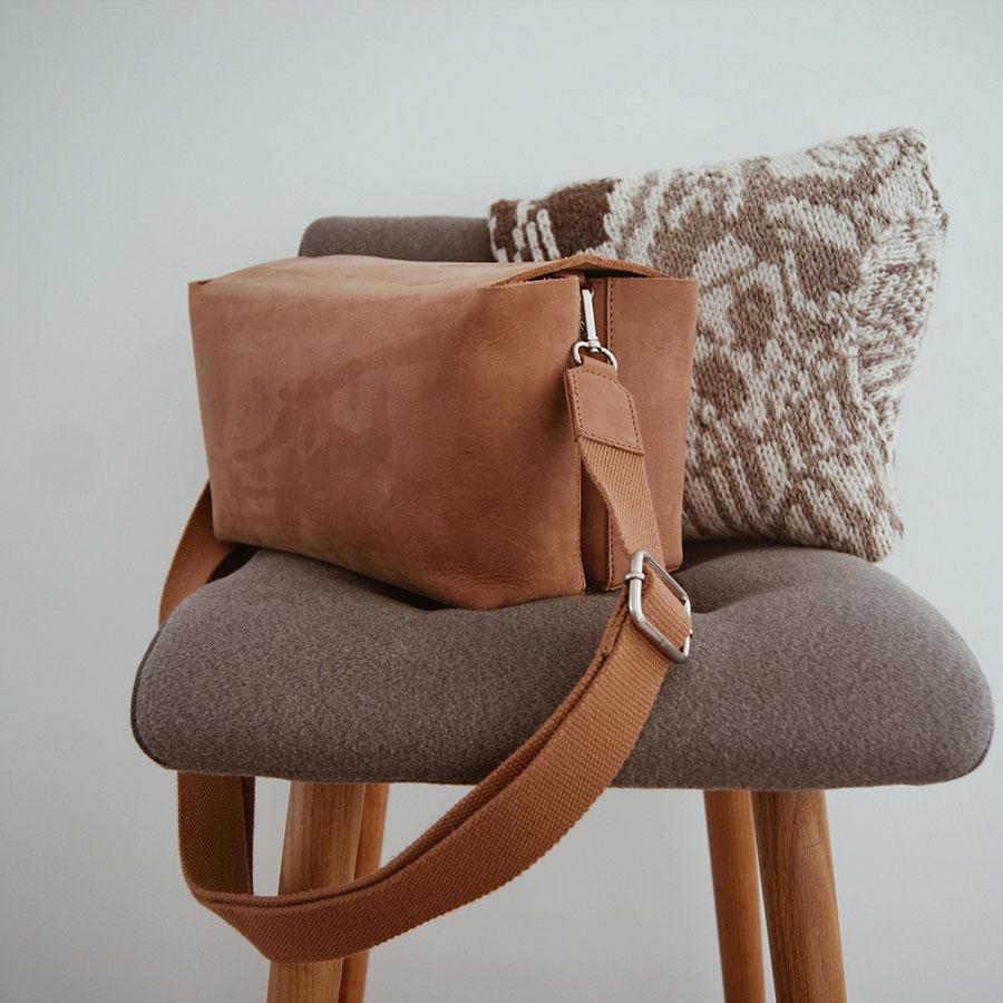 Pusletaske læder i brun på stol