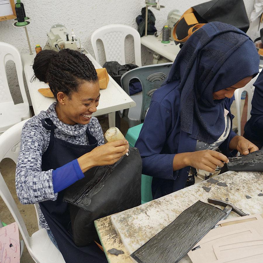 Kvinder arbejder på tasker